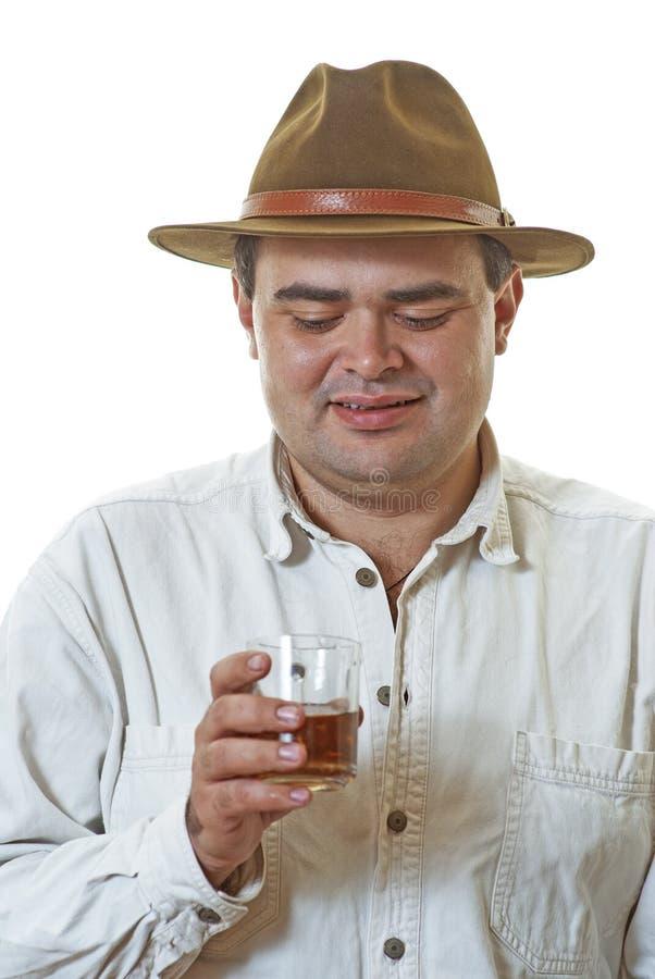 Man med exponeringsglas av whisky arkivfoton