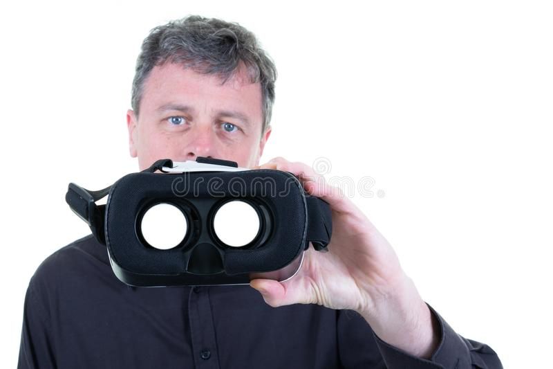 Man med exponeringsglas för virtuell verklighet 3D i händer på vit bakgrund royaltyfri bild