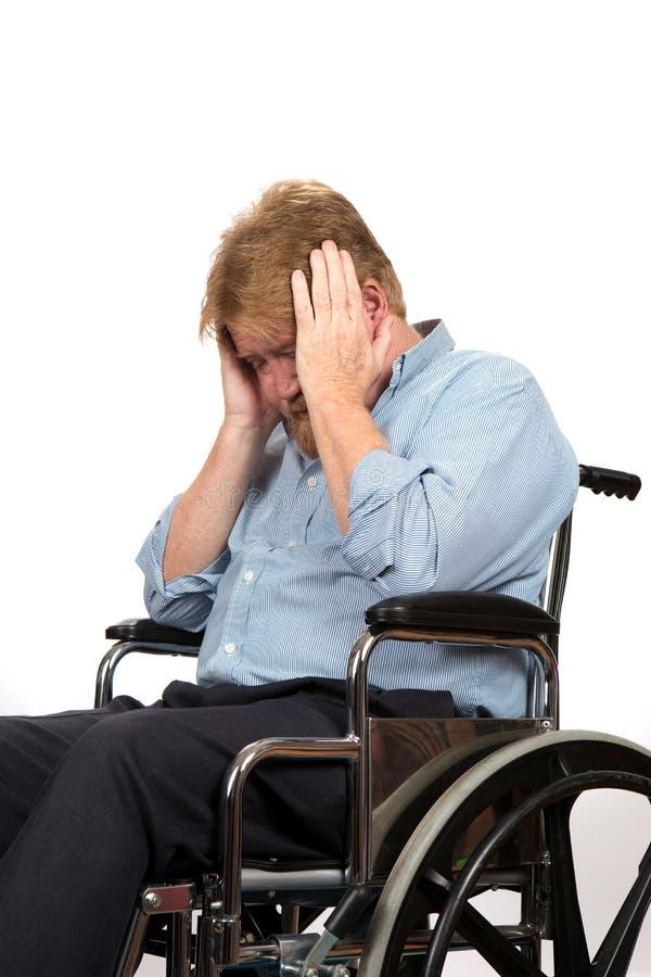 Man med fördjupning i rullstol royaltyfri bild