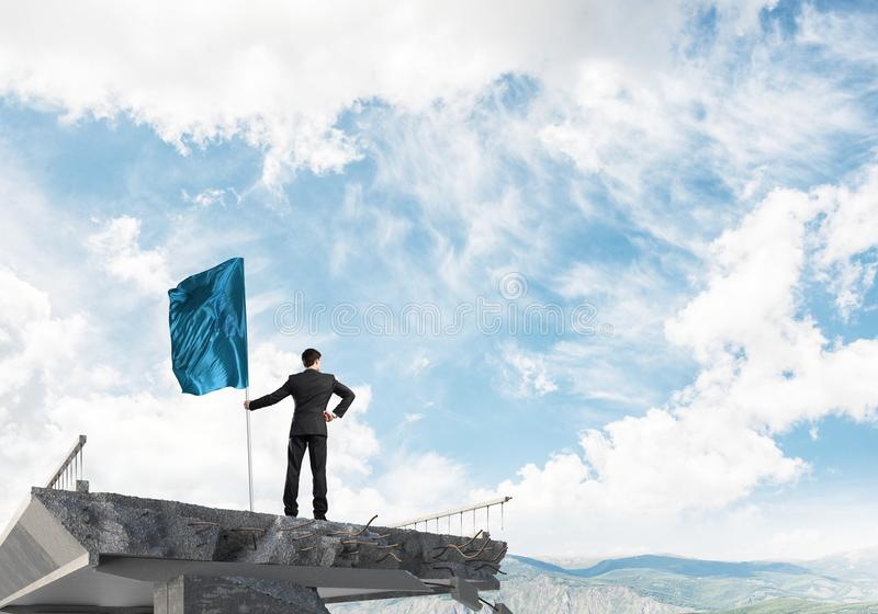 Man med flaggan som framlägger ledarskapbegrepp royaltyfria bilder