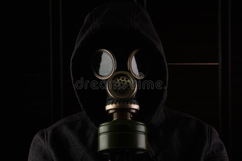Man med gasmasken royaltyfria bilder