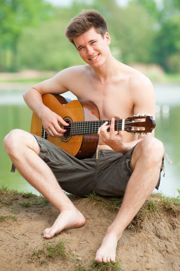 Man med gitarren royaltyfri bild