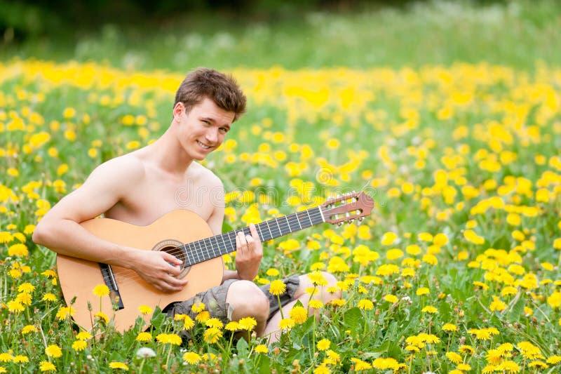Man med gitarren arkivfoton
