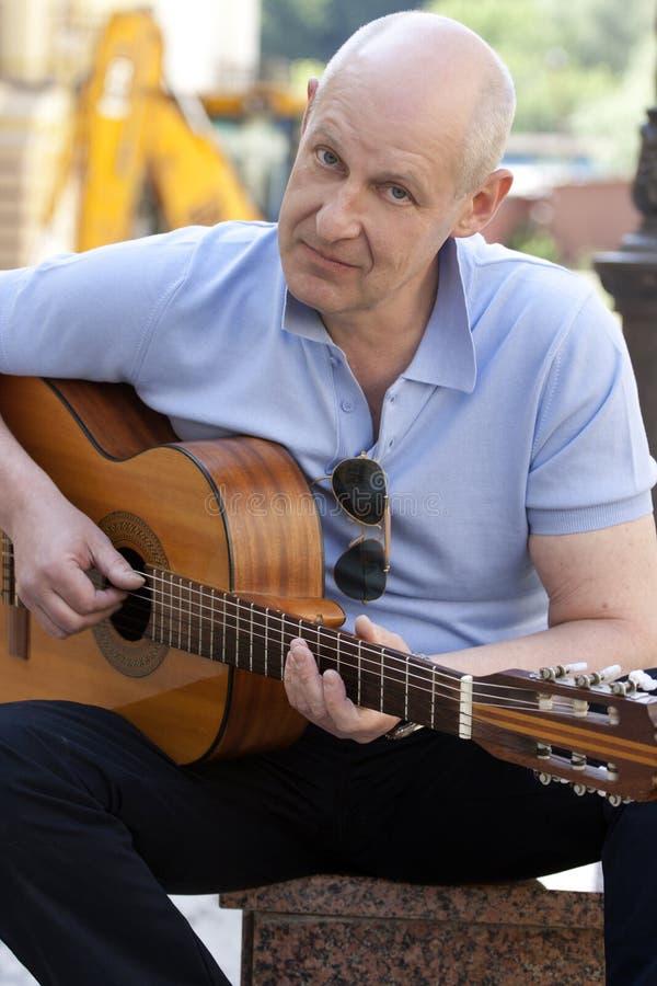 Man med gitarren fotografering för bildbyråer