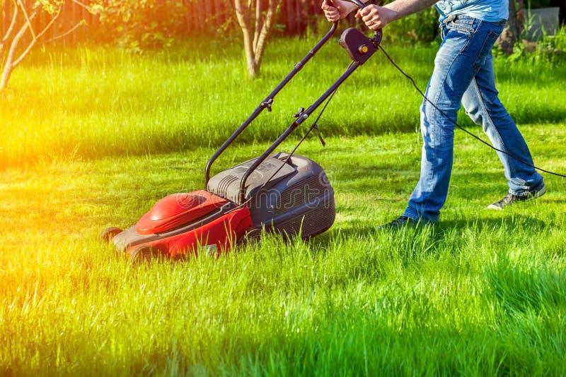 Man med gräsklipparen arkivfoton