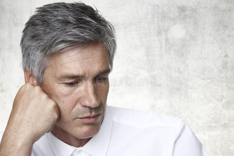 Man med grått hår arkivbild