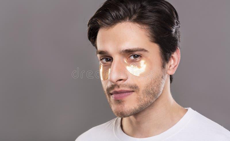 Man med guld- ögonlappar, fritt utrymme arkivfoto