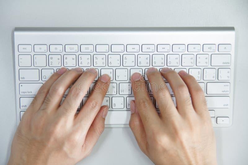 Man med händer på datortangentbordet royaltyfri fotografi