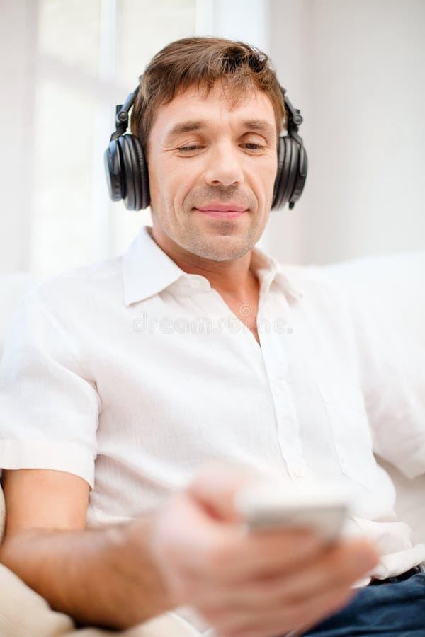 Man med hörlurar som lyssnar till musik arkivfoto