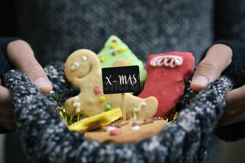 Man med handgjorda julkakor royaltyfria bilder