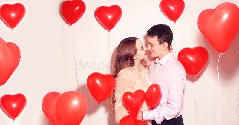 Man med hans älskvärda älsklingflickakyss på väns valentindagen Valentine Couple Koppla ihop kyssen och kramen fotografering för bildbyråer