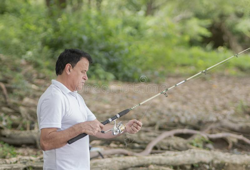 Man med hans stångfiske royaltyfri bild