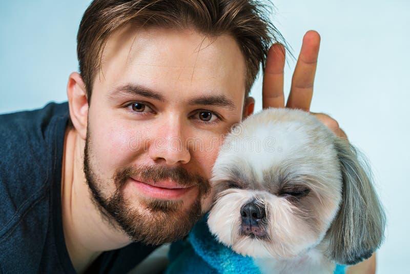 Man med hunden arkivfoton