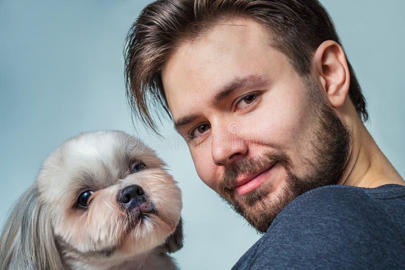 Man med hunden fotografering för bildbyråer