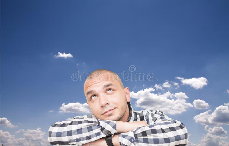 Man med huvudet i molnen fotografering för bildbyråer