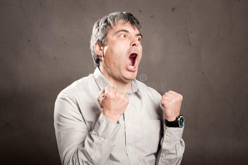 Man med ilsket uttryck arkivfoto