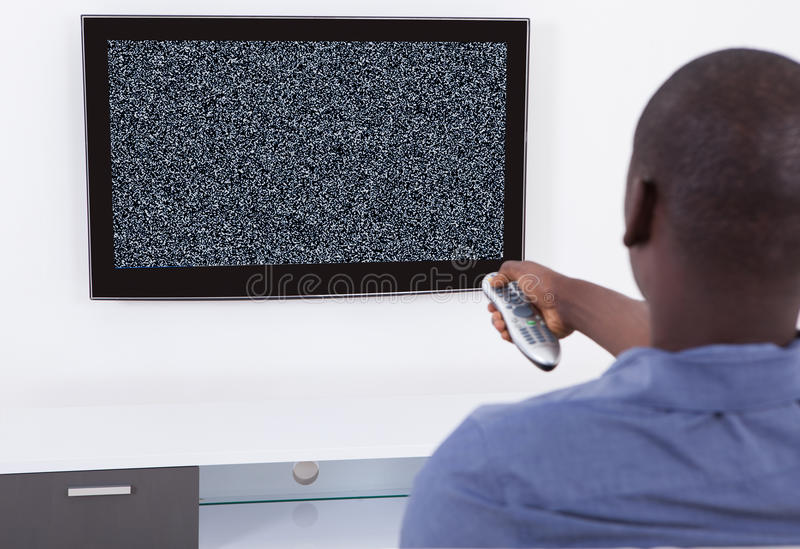 Man med ingen signaltelevision royaltyfri bild