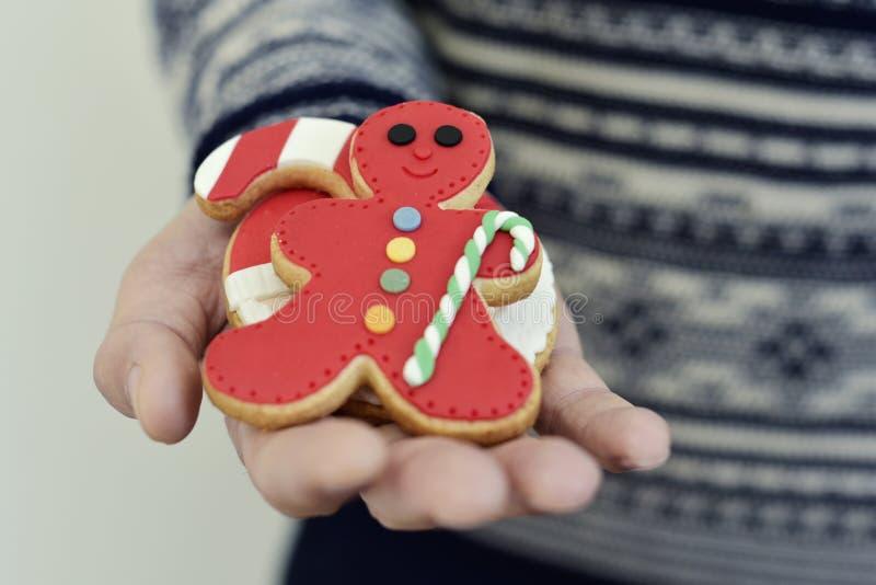 Man med julkakor i hans hand arkivbilder