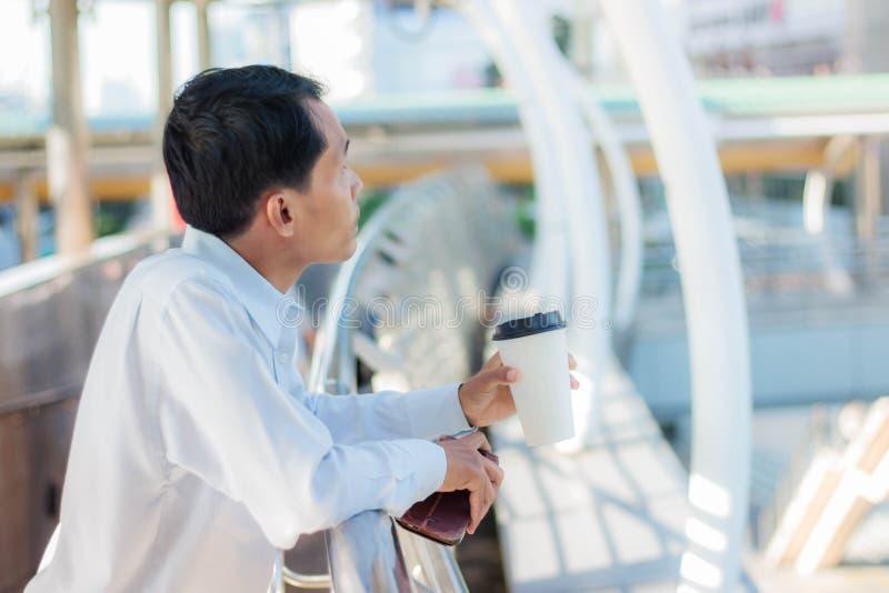Man med kaffeavbrottet royaltyfria foton