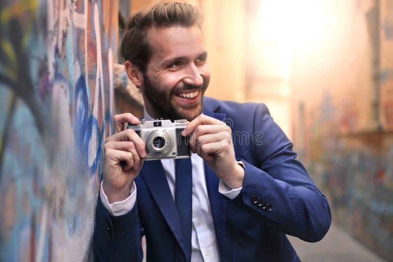 Man med kameran arkivbild
