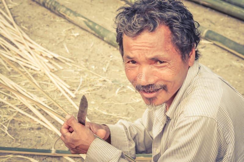 Man med kniven i Nepal arkivbild