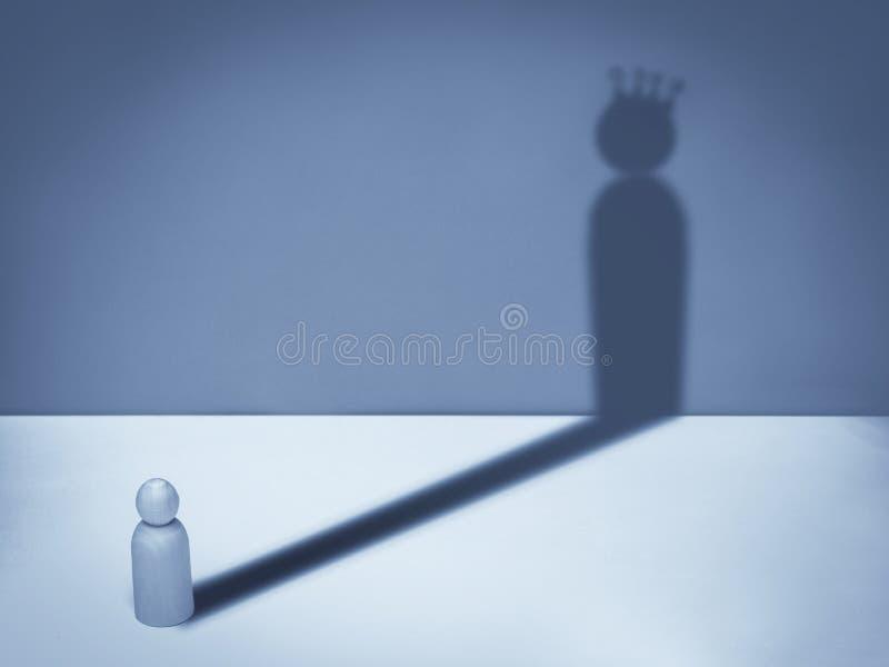 Man med kronaskugga Affärssymbol av ambition, framgång, motivation, ledarskap royaltyfri fotografi