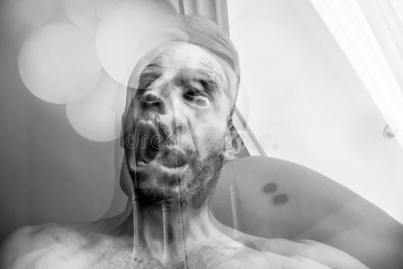 Man med kvävning och kval av död, att lida av schizofreni och psykisk störning, tokigt skrika för man royaltyfria foton