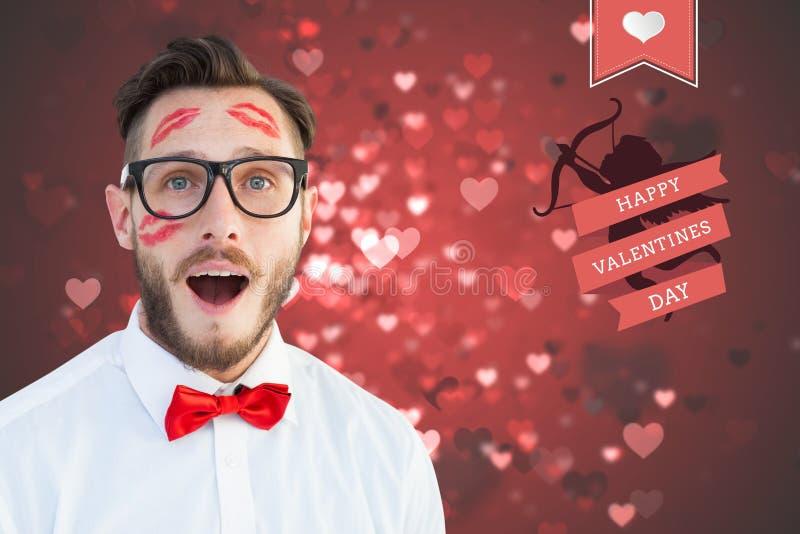 Man med läppstiftfläcken på hans framsidaanseende mot digitalt frambragd bakgrund med röda hjärtor stock illustrationer
