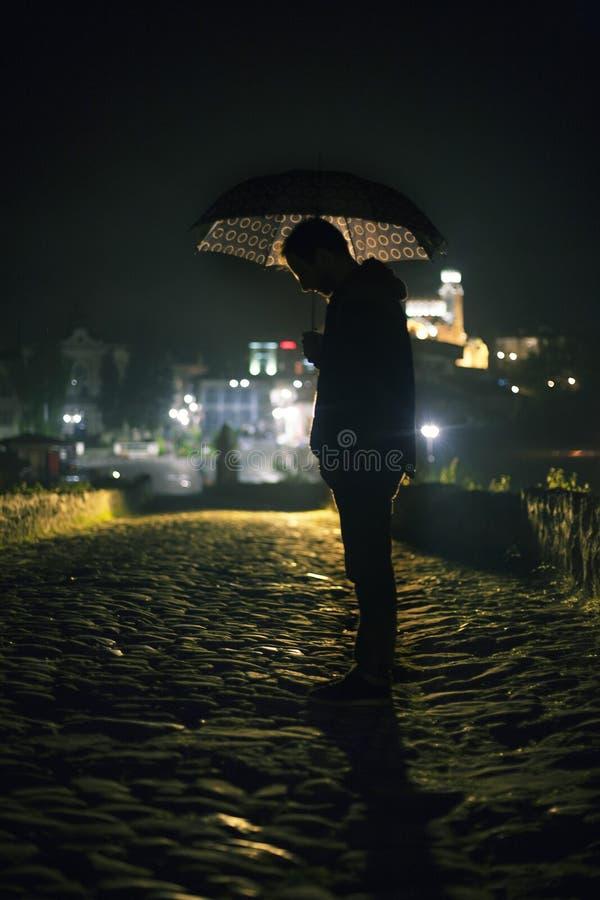 Man med paraplyet arkivfoton