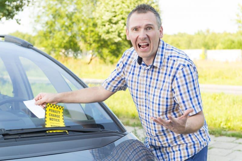 Man med parkeringsbiljetten royaltyfria bilder