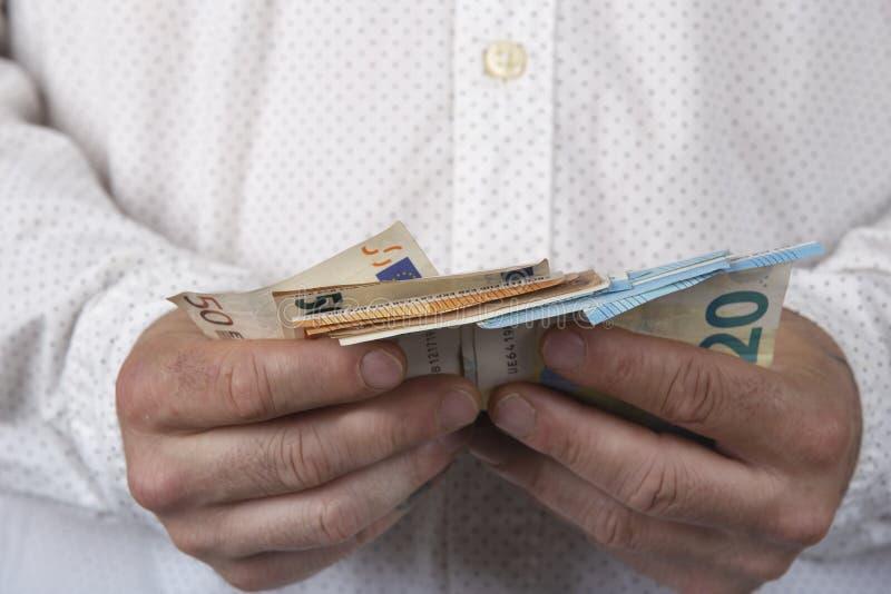 Man med pengar Belopp av de kontanta sedlarna f?r euro royaltyfria foton