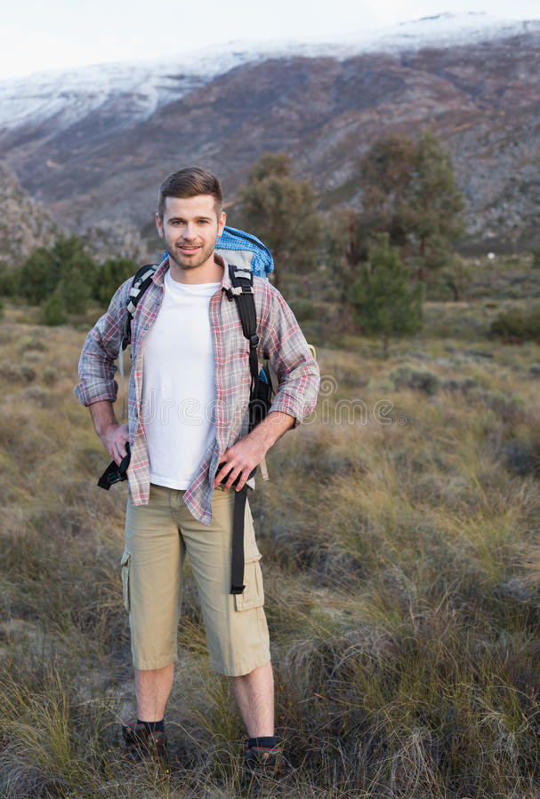 Man med ryggsäckanseende på skoglandskap arkivfoton