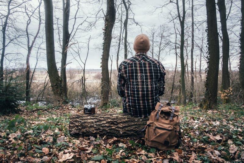 Man med ryggsäcken i lös skog arkivfoton