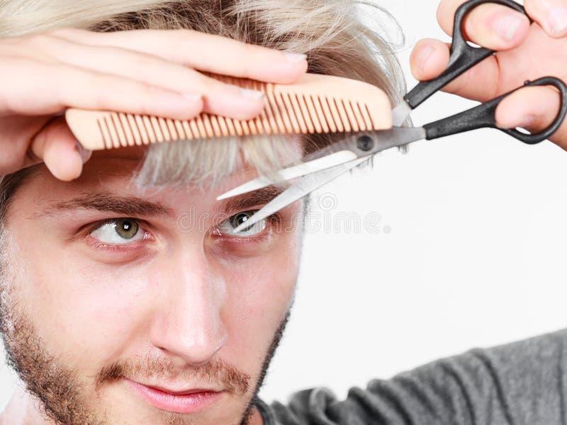 Man med sax och hårkammen som skapar ny frisyr arkivbilder