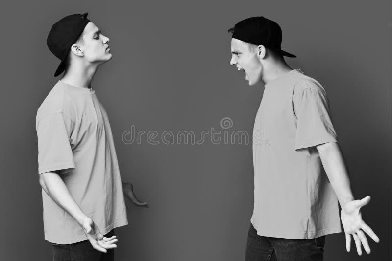 man med schizofreni Grabb som har konflikt med honom fotografering för bildbyråer