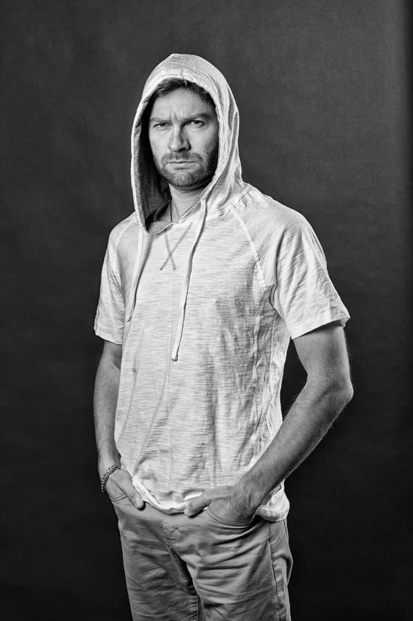 Man med skäggkläderhuven Skäggig man i tillfällig tröja Modemodell i hoodietshirt Aktiv livsstil och hälsa arkivfoton