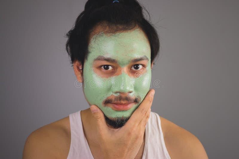 Man med skincare för framsidamaskering arkivfoto