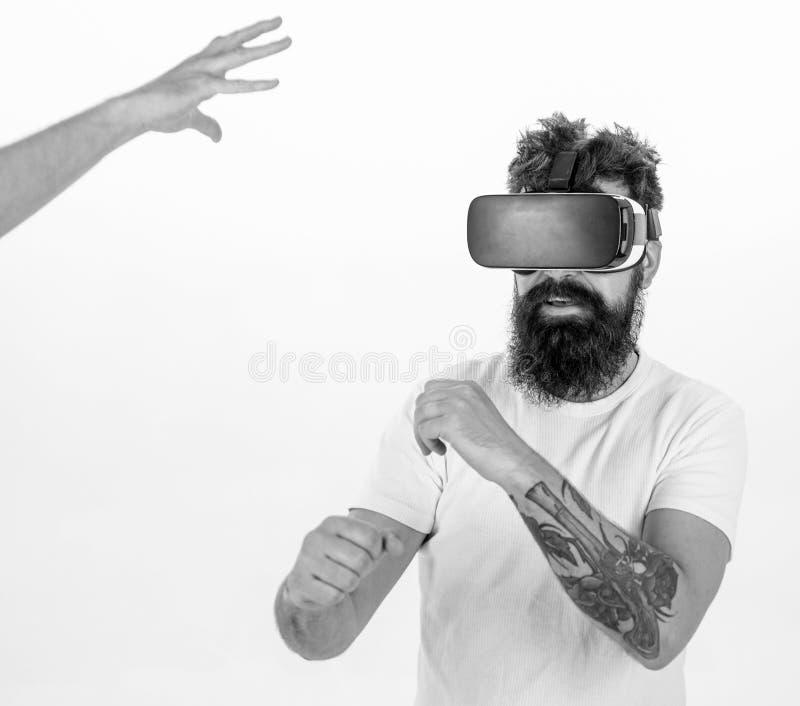 Man med stilfull skäggboxning med den osynliga motståndaren som isoleras på vit bakgrund Hipster med den tatuerade armen och skäg royaltyfria bilder