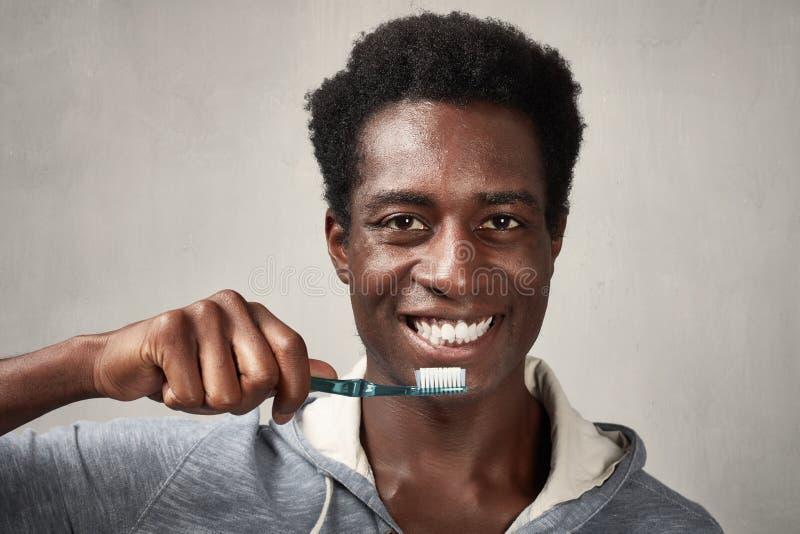 Man med tandborsten royaltyfri foto