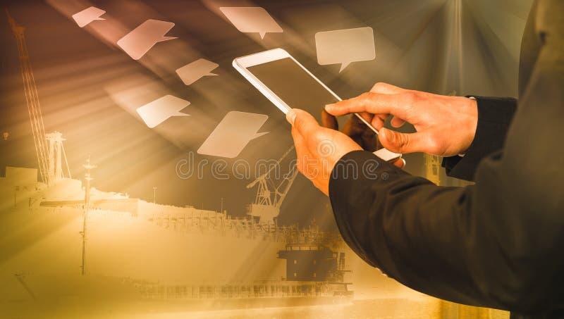 Man med telefon på chattikoner som flyger och som har hamns bakgrund royaltyfri fotografi
