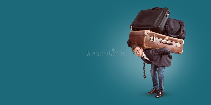 Man med tung bagagepanorama arkivbild