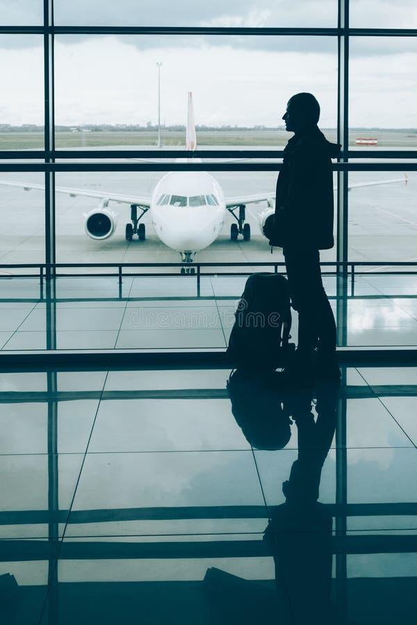 Man med väntande på logi för loppryggsäck på flygplanet fotografering för bildbyråer