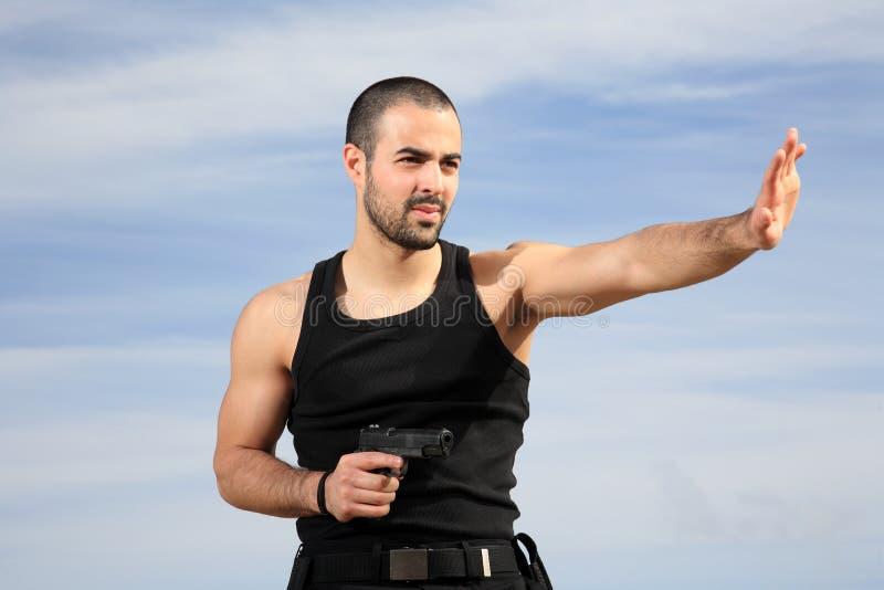 Man med vapnet fotografering för bildbyråer
