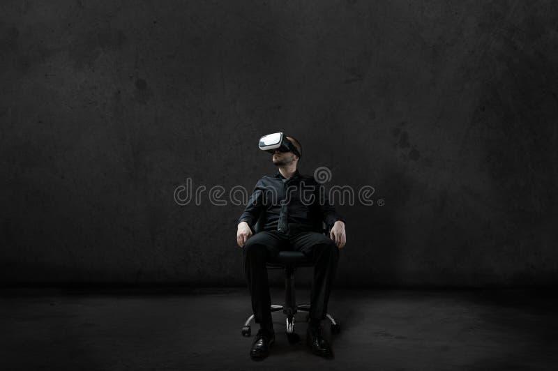 Man med virtuell verklighethörlurar med mikrofon arkivbilder