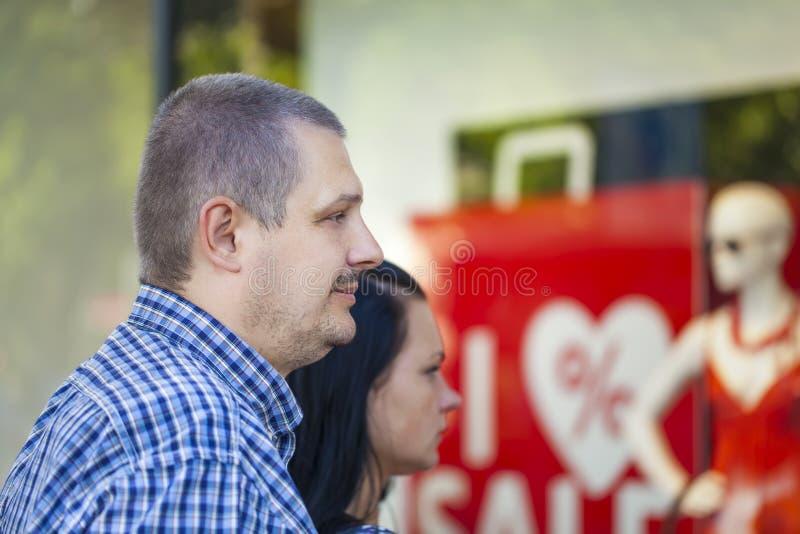 Man met dichtbij bevindende vrouw stock fotografie
