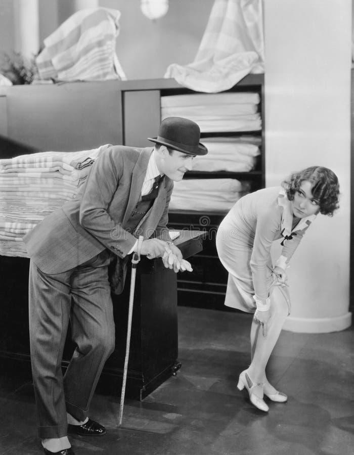 Man met vrouw het richten op looppas in kous (Alle afgeschilderde personen leven niet langer en geen landgoed bestaat Leverancier stock afbeelding
