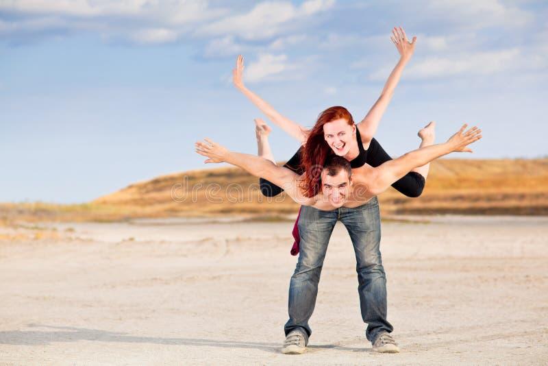 Man met vrouw op rug royalty-vrije stock afbeeldingen