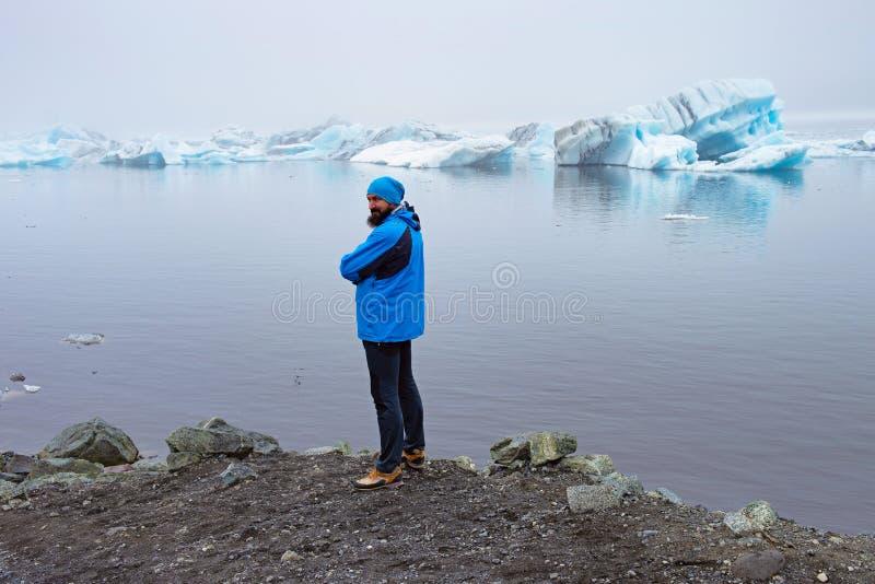 Man nära glaciären fotografering för bildbyråer