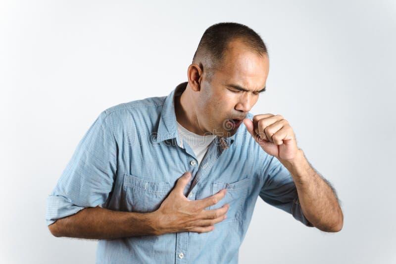 Man nyser eller hostar över handen för att förhindra spridning av viruset COVID-19 eller Corona Virus mot vit bakgrund. royaltyfria bilder