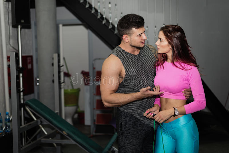 Man och en kvinna som är förlovad i kondition arkivfoton